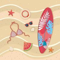 Luftaufnahme des Surfbrettes mit Sonnenbrille und Badeanzug auf Sand
