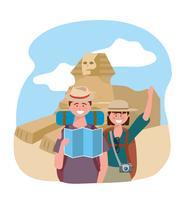 Turistpar framför den egyptiska sfinksen