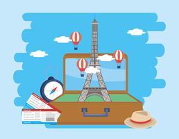 Eiffelturm im Koffer mit Flugtickets und Hut