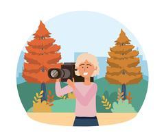 Weibliche Kamerafrau, die draußen filmt