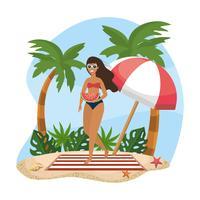 Ung kvinna i baddräkt med vattenmelon på stranden