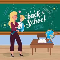 Moder och son framför svarta tavlan med tillbaka till skolmeddelandet
