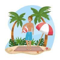 Mann im Badeanzug, der Wasserball auf Strand hält
