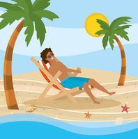 Man i baddräkt i stol på stranden