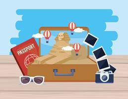Egyptisk sfinks i resväska med kamera och pass