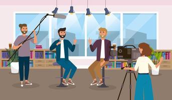 Manliga reportrar och kamerakvinna i studio