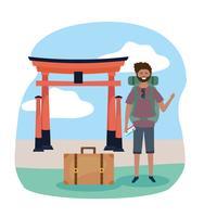 Manlig turist framför tokyo skulptur