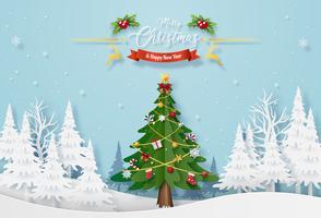 Weihnachtsbaum mit Dekoration im Wald mit dem Schneien