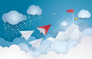 Papierflugzeug, das zur Spitze der roten Fahne eines Berges in der Himmelwolke fliegt