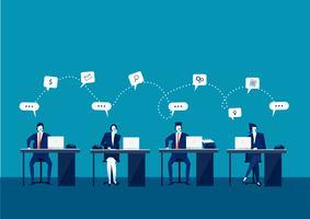 Call-Center-Betreiber im Büro, die mit Laptops und Kopfhörern arbeiten