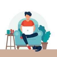 Mann mit dem Laptop, der auf dem Stuhl sitzt