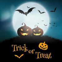 Halloween-Hintergrund mit Kürbisen gegen einen mondhellen Himmel