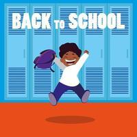 glücklicher Student zurück in der Schulhalle