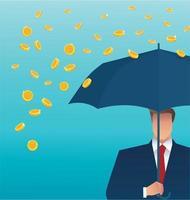 Geschäftsmann, der ein Regenschirmgeld fällt vom Himmel hält