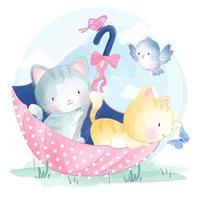 Kätzchen, die innerhalb des Aquarell-Regenschirmes spielen