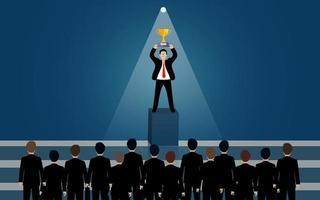 Geschäftsmänner, die Trophäen im Licht halten stehen
