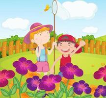 Barn som fångar fjärilar i trädgården