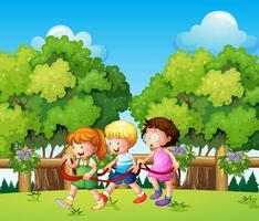 Barn som leker utomhus på dagtid