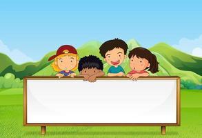 Kinder in der Nähe des Berges mit einem leeren Schild