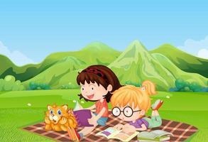 Mädchen lesen auf dem Feld