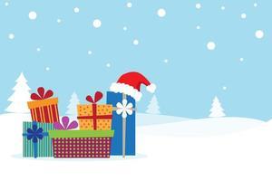 Weihnachtskarte mit vielen Geschenken auf dem Schnee und dem Sankt-Hut
