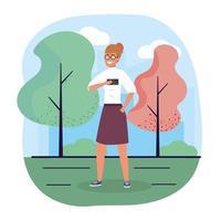 rolig kvinna med smartphone med casual kläder