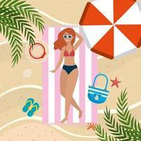 Frau, die Sonne im Tuch mit Regenschirm und Sonnenbrille nimmt