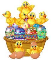 Söta fågelungar som står på dekorerat påskägg