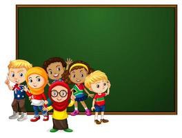 Fahnenschablonendesign mit vielen Kindern durch Tafel vektor