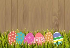 Ostereier auf hölzernem Hintergrund