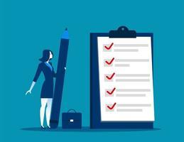 affärskvinna som håller stor penna med checklistan