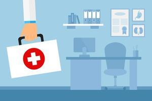 Arm des Arztes mit Erste-Hilfe-Kasten im Büro