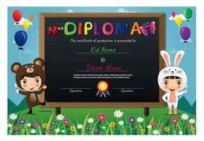 bunte Kinder, die Tierkostüme Diplom tragen