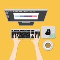 arbetsyta med hand med dator, mus och kaffe.