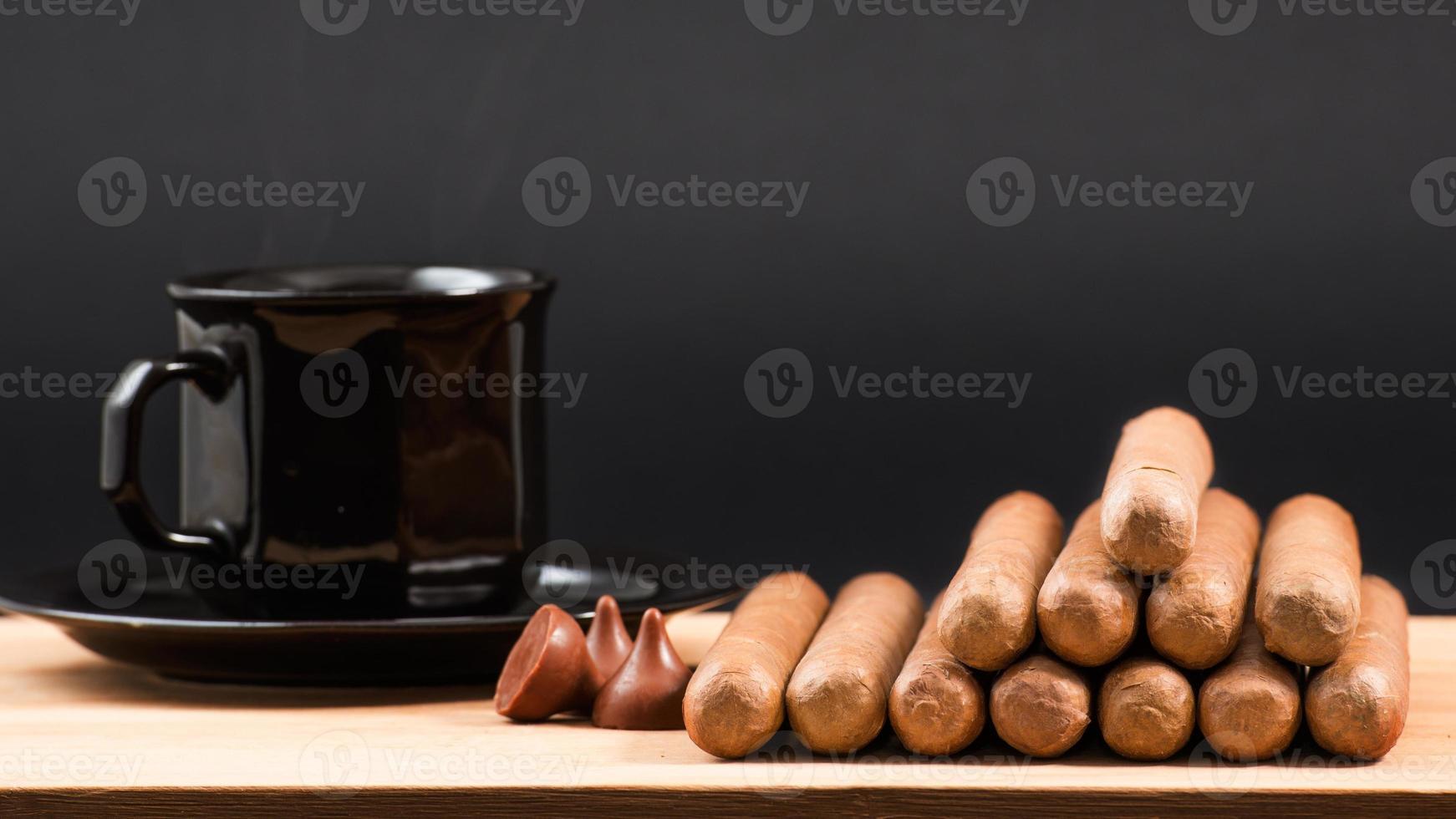 cigares cubains roulés à la main de renommée mondiale photo