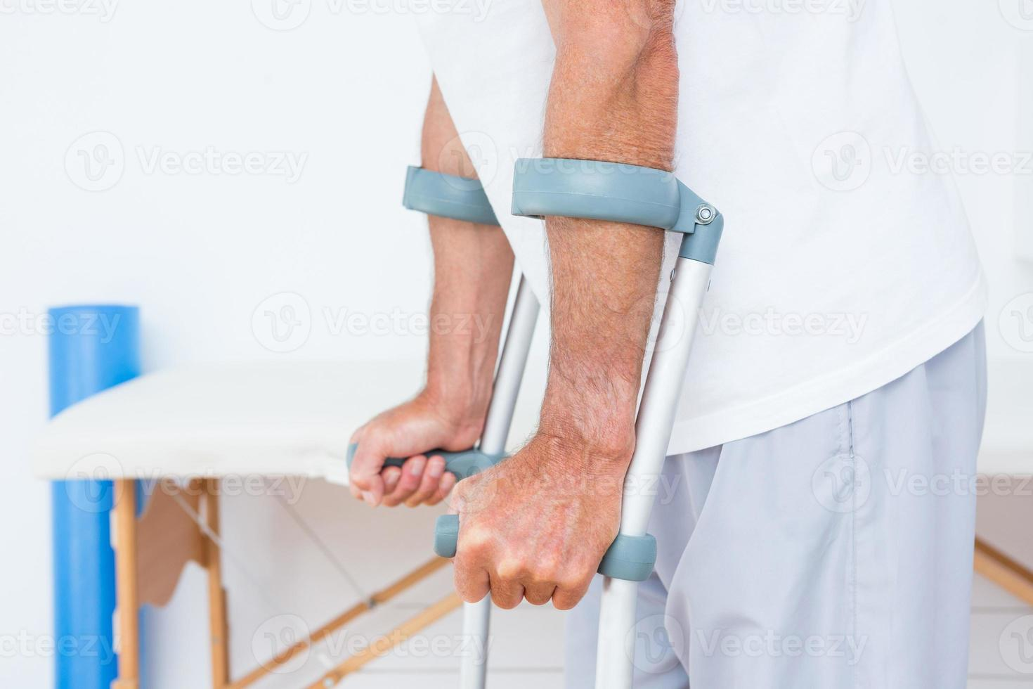 patient debout avec béquille photo