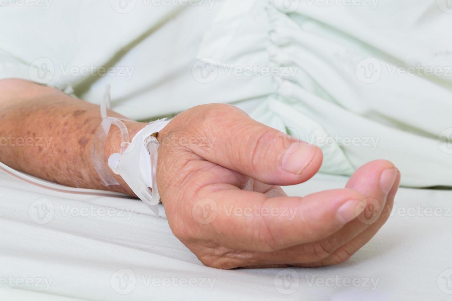 patient à l'hôpital avec une solution saline par voie intraveineuse photo