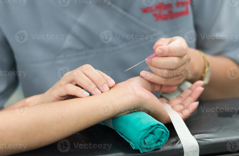 artère radiale ouverte pour moniteur de ligne artérielle photo