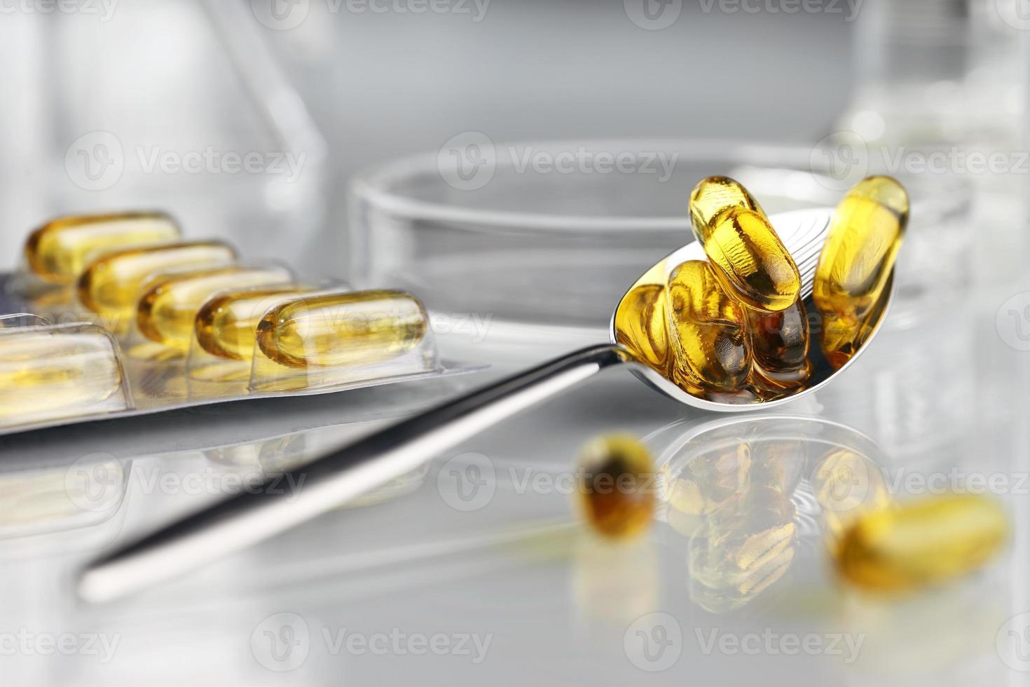 cuillère vitamines pilules oméga 3 suppléments avec blister photo