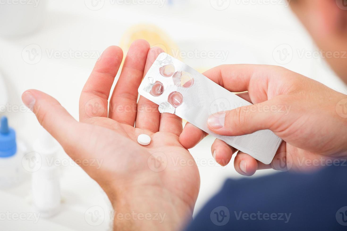homme, Prendre, pilule, dehors, blister, paquet photo