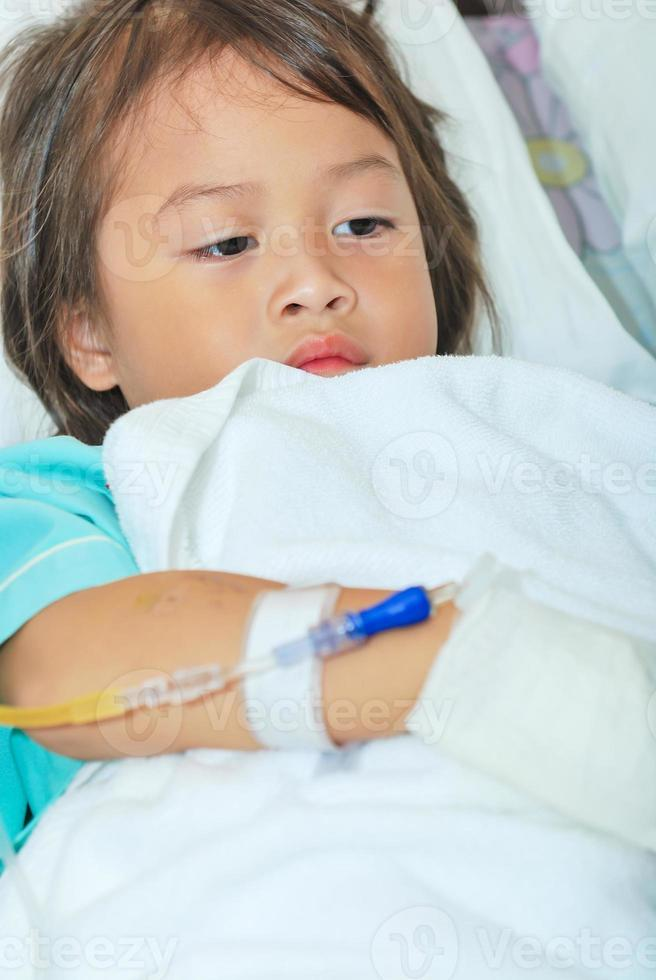 malade, petite fille, dans, lit hôpital photo