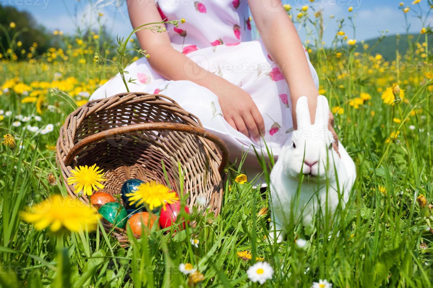 enfant caresser lapin de pâques photo