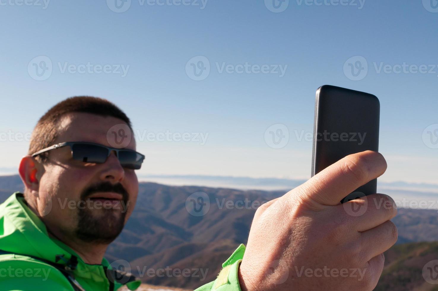 randonneur prenant un selfie dans les montagnes photo