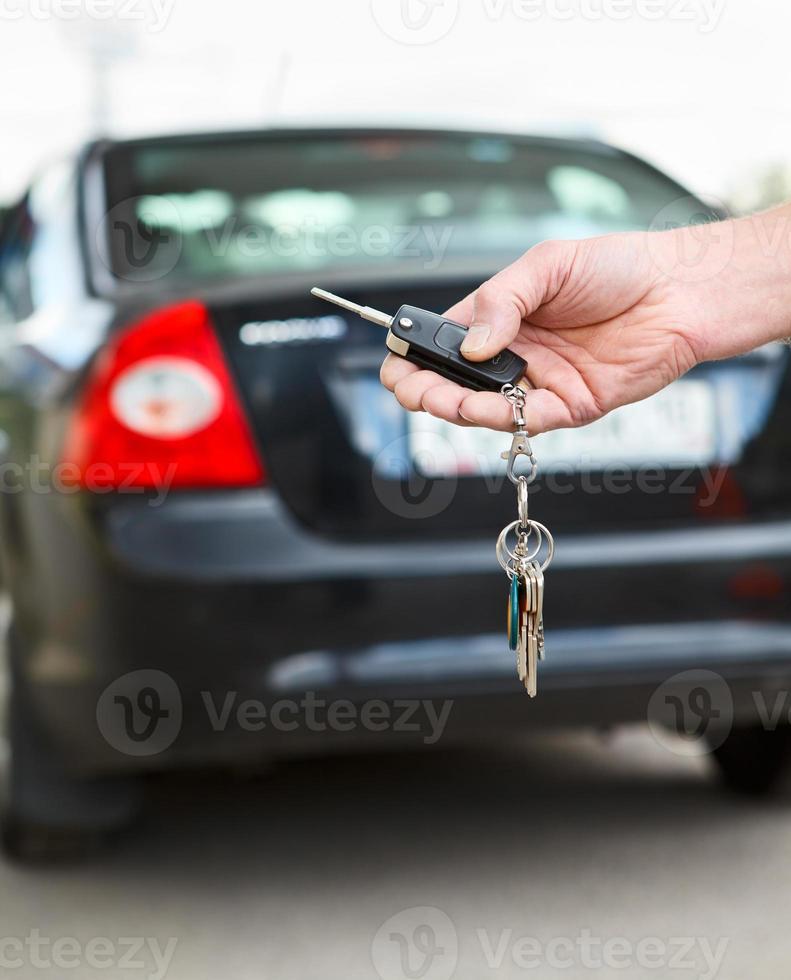 main masculine appuyant sur les systèmes d'alarme de voiture télécommandés photo