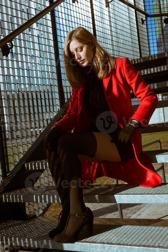 belle fille posant avec manteau rouge photo