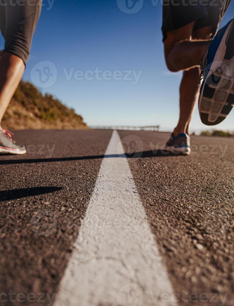 coureurs au milieu de la route photo