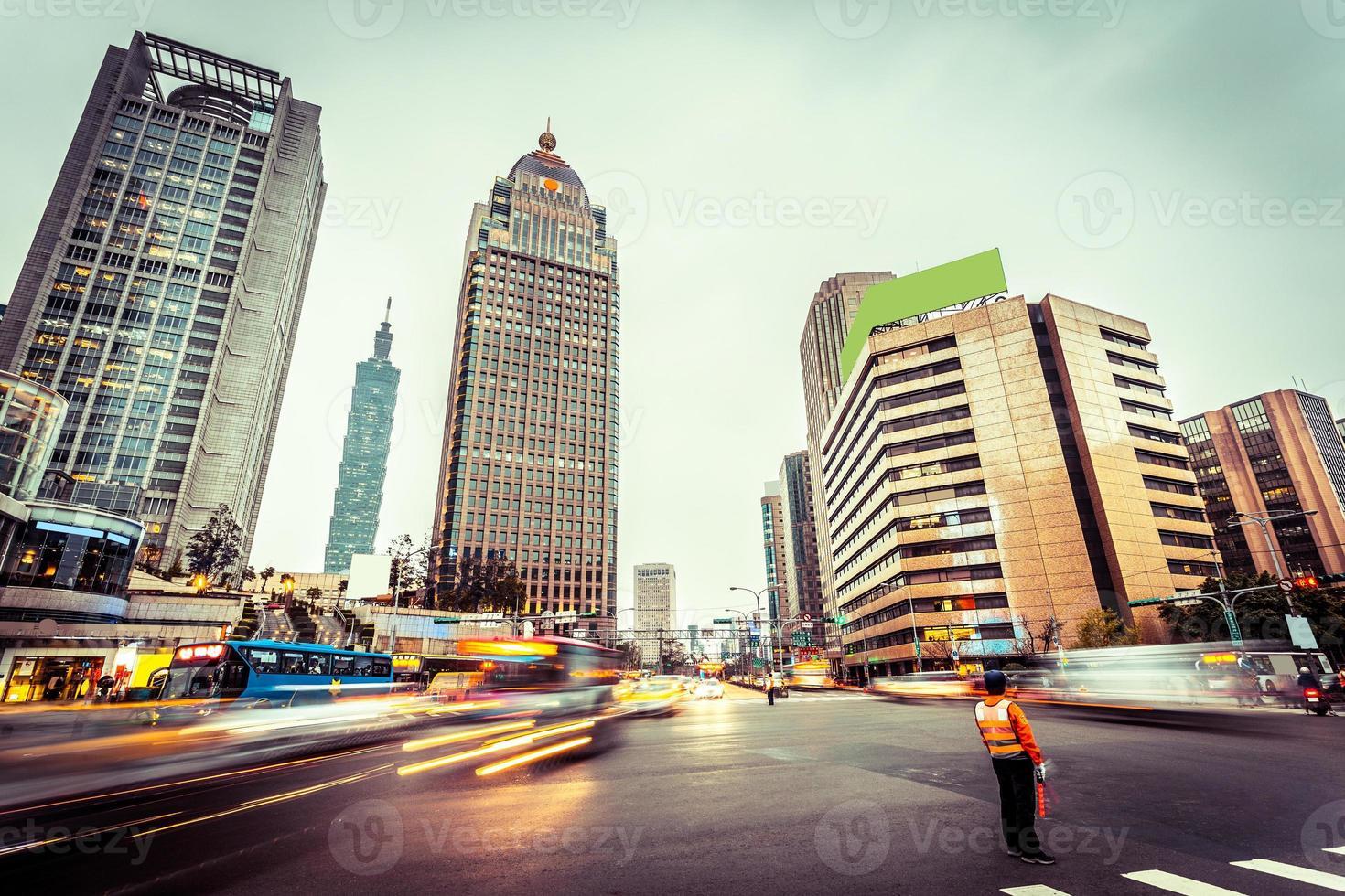 circulation floue mouvement et immeubles de bureaux photo