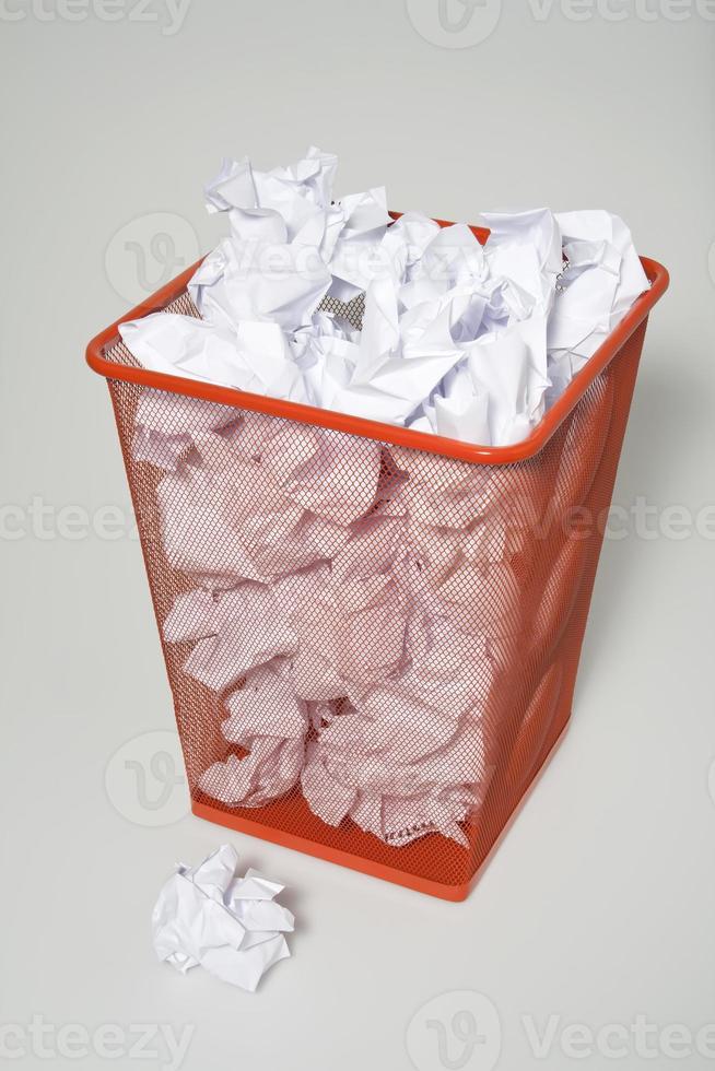 papier dans la poubelle photo
