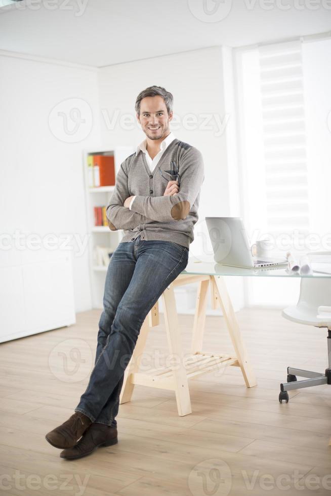 architecte, debout, devant, sien, bureau photo