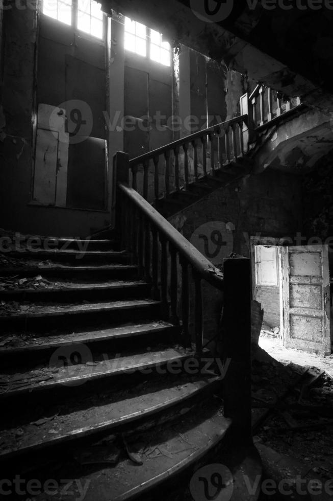 vieil escalier en ruine photo